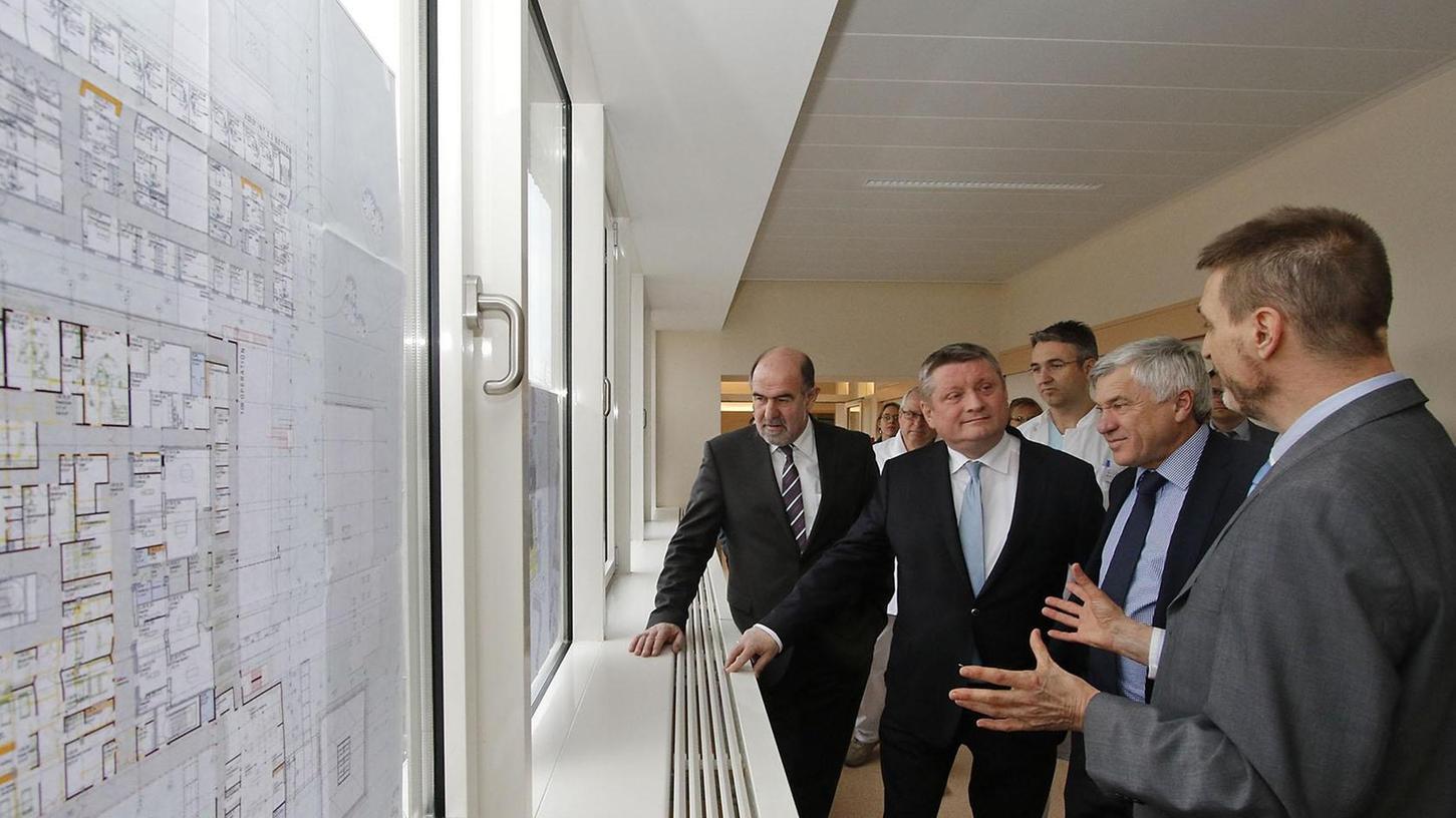 Gesundheitsminister Hermann Gröhe wurde auch mit den weiteren Bauplänen des Klinikums konfrontiert: Neue OP-Säle werden dringend gebraucht.
