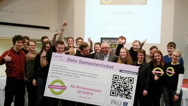 Pure Freude: Die Initiative pro Semesterticket feiert das Abstimmungsergebnis.