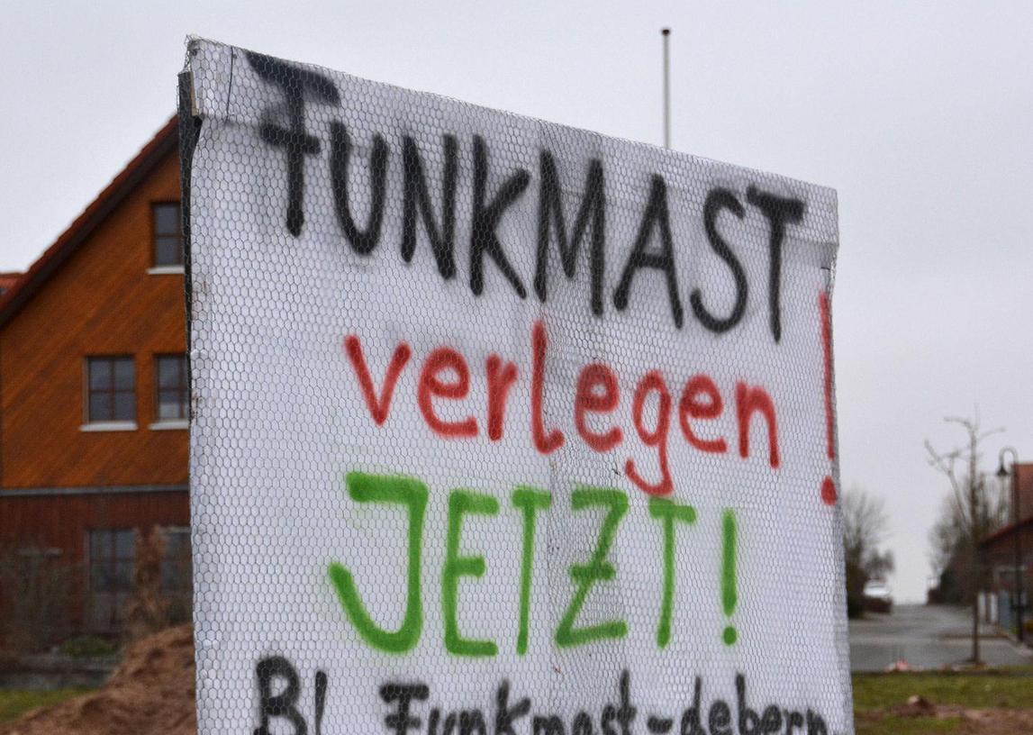 Protest in Deberndorf: Der Telekom-Mast ist umstritten, weshalb die Plakate der BI auch schon zerstört wurden.