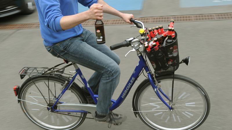 Betrunkene Radfahrer begehen keine Ordnungswidrigkeit aus dem Bußgeldkatalog, sondern eine Straftat: Ab 1,6 Promille sind sie absolut fahruntüchtig. Treten Ausfallerscheinungen wie Fahrfehler oder ein Unfall ein, dann gilt dies auch für geringere Alkoholisierung. Radler können dann ihren Führerschein verlieren oder ein Verbot auferlegt bekommen.