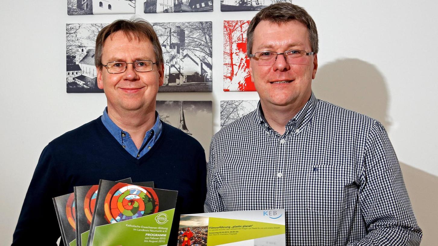 Präsentieren das neue Programm der Katholischen Erwachsenenbildung im Landkreis: Klaus Schubert (li.) und Gundekar Fürsich.