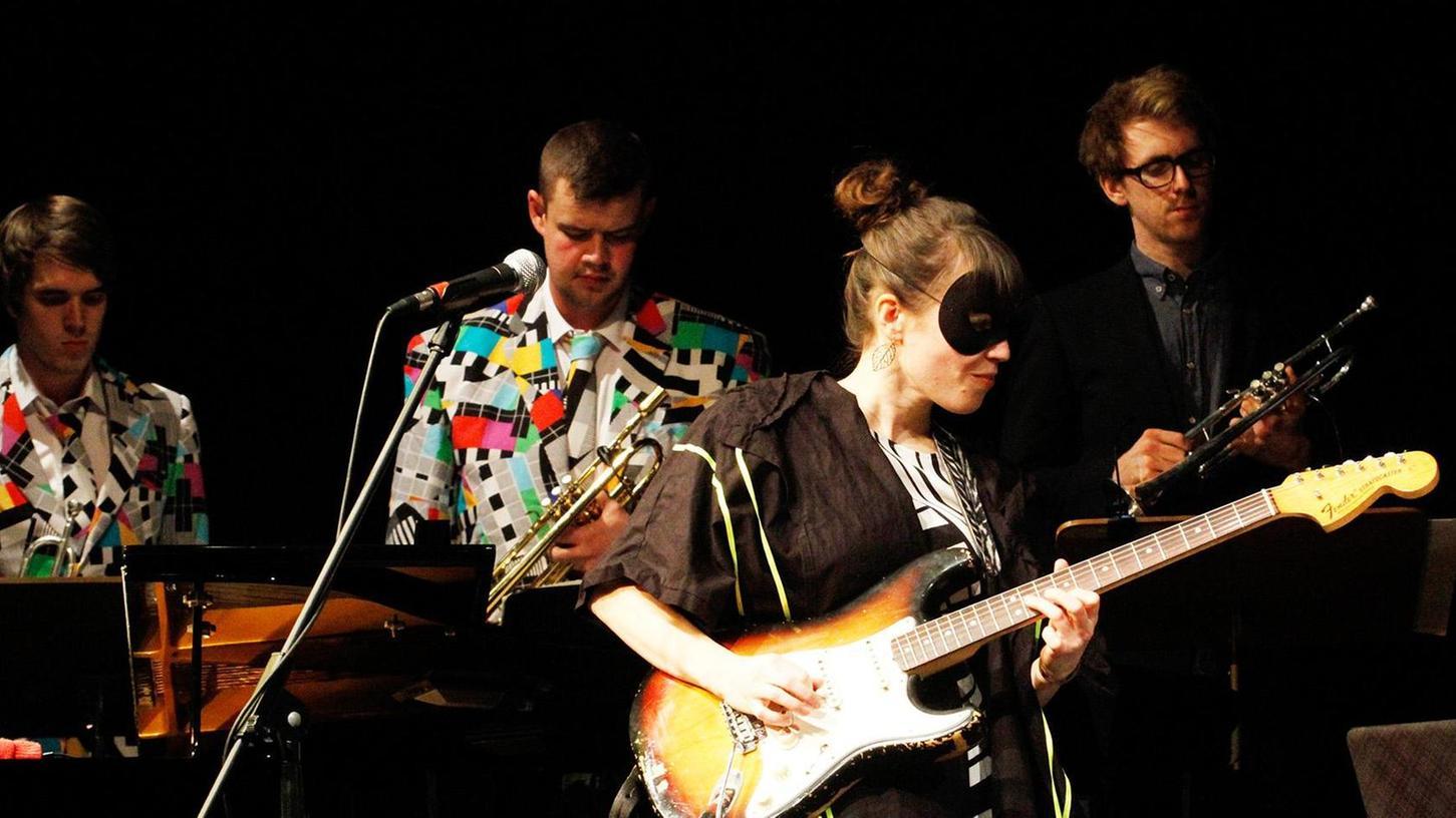 Gruppenbild mit Dame: Die erfolgreiche Sängerin, Gitarristin und Komponistin Monika Roscher stammt aus Langenzenn und tritt gerne mit Maske auf.