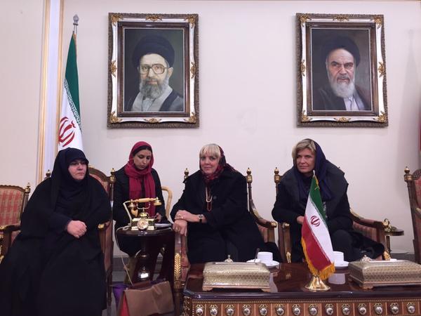 Dieses Foto war der Auslöser für die vielen Schmähungen: Dagmar Wöhrl (rechts) und Claudia Roth bei ihrem Besuch im Iran — mit Kopftuch.