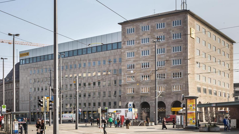 Der neue Eigentümer möchte nur noch die Fassade des Rundbaus (hinten links) stehen lassen: Kopfbau und Zwischenbau kommen weg.