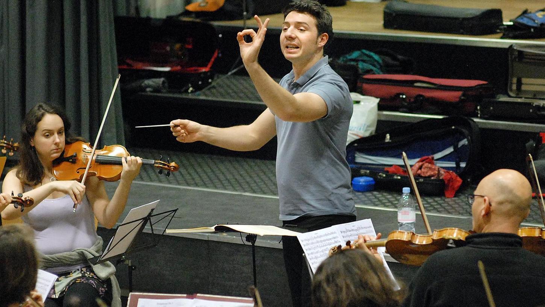 Präzise Arbeit: Dirigent Tristan Uth bei den Proben im Frankenhof.