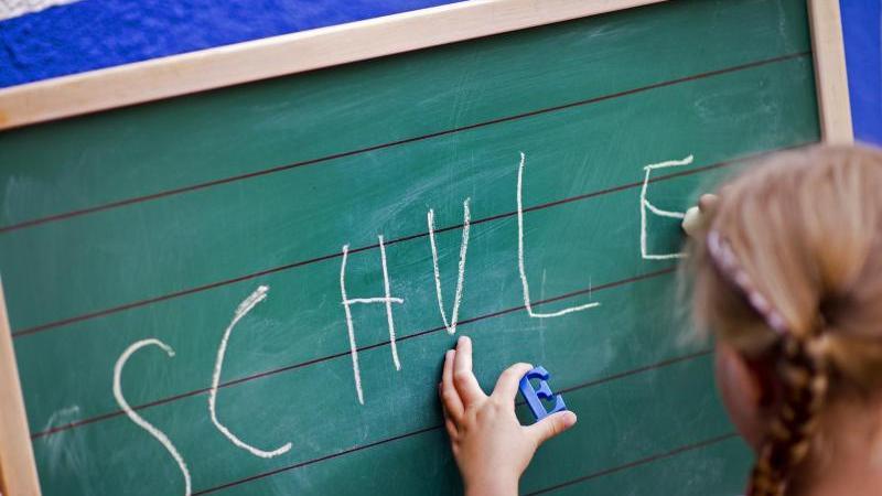 Zu wenig Zeit für Freunde, zu wenige Ruhephasen: Kinder empfinden Schule oft als schwere Belastung ihres Alltags.