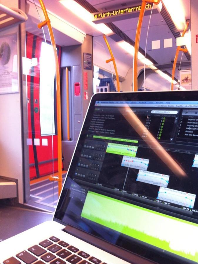 Am Laptop feilt Weber in der S-Bahn an seinen Podcasts.