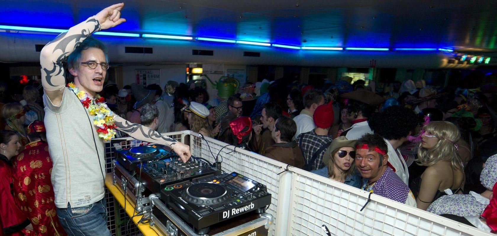 """Thorsten Weber alias """"DJ Rewerb"""" legt regelmäßig bei Großveranstaltungen (hier der Sportlandfasching) auf."""