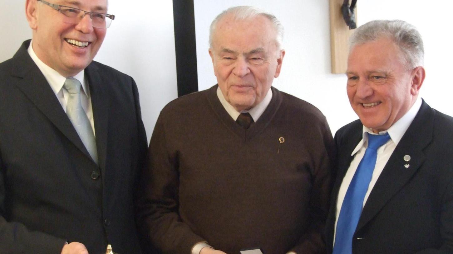 Von seinem Nachfolger Wolfgang Ziebell (l.) erhielt MMC-Obmann Richard Lehner (M.) nach seiner Bestätigung durch den MMC-Zentralpräses Pater Josef Schwemmer (r.) Gold, Weihrauch und Myrrhe.