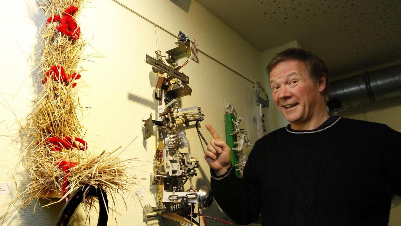 """Das eine oder andere von Geraldinos Objekten erinnert entfernt an Klaus-Dieter, die sprechende Türklingel von """"Löwenzahn""""-Peter Lustig."""