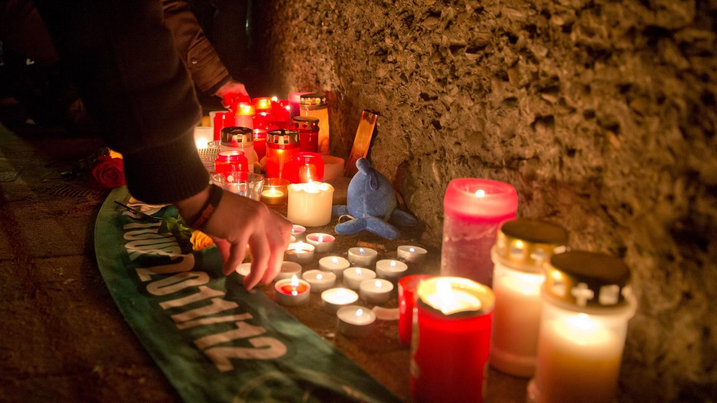 Kerzen und ein Kleeblatt-Schal sollen an den getöteten Fürther erinnern. Die Anteilnahme ist groß.