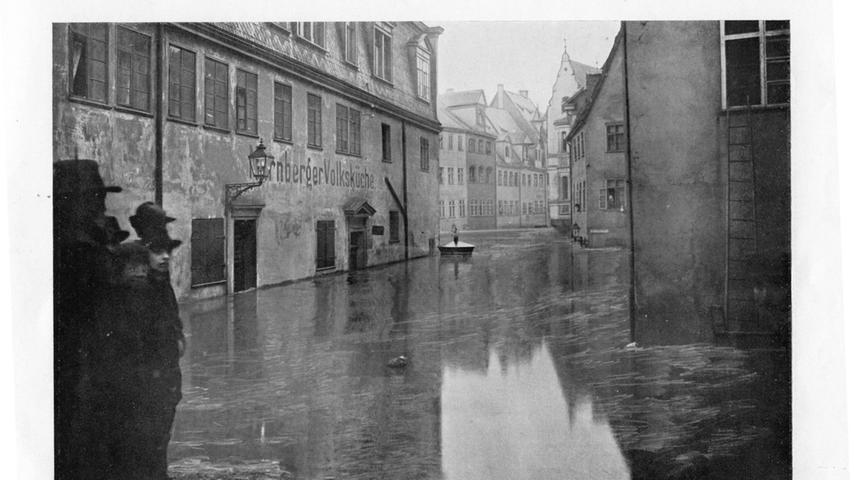 Das Wasser versperrte den Leuten den Weg zur Nürnberger Volksküche in der Talgasse.