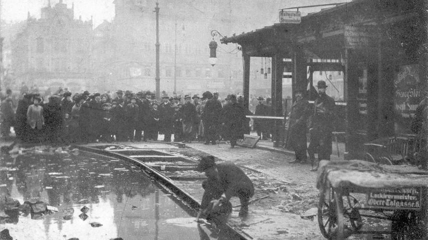 Fassungslos blickten die Bürger auf die aufgerissene Straße um die Schienen der Haltestelle in der Tuchgasse.