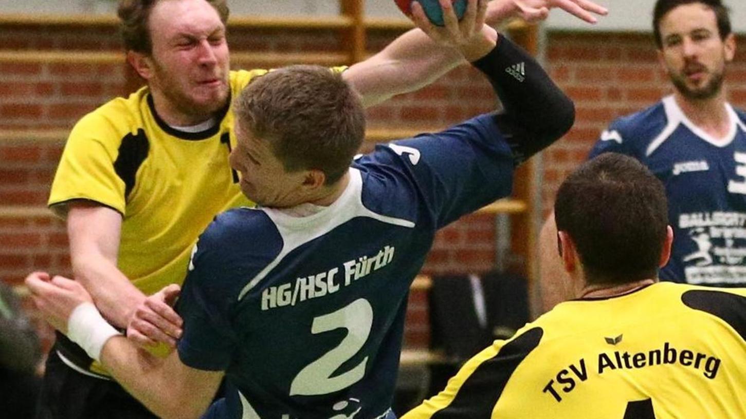 Jan Dimper (blau) von der HG HSC Fürth findet die Altenberger Lücke zwischen Martin Dobiasch und Christoph Kettner (rechts).