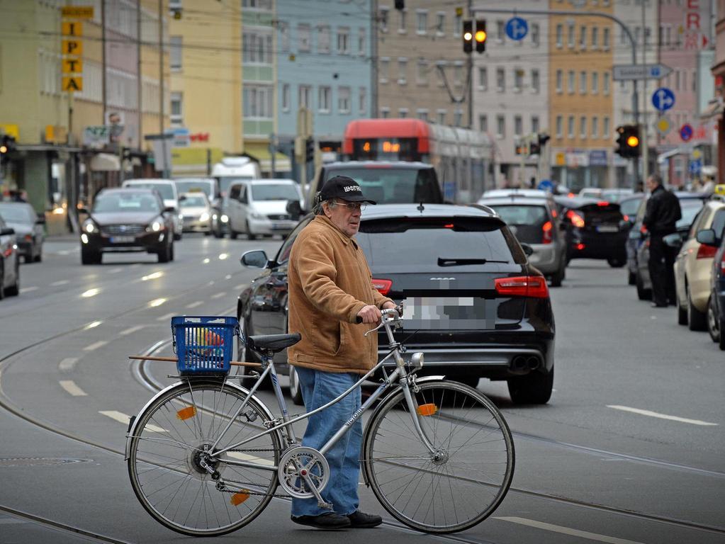 Zwischen Landgrabenstraße und Brehmstraße geht es in der Gibitzenhofstraße eng und gefährlich zu. Straßenbahn, Autos, Radfahrer und Fußgänger kommen sich in die Quere.