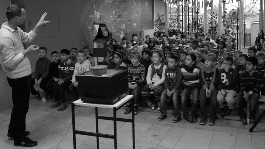 """Auf Einladung des Elternbeirats verwandelte Ralf Hofmann die Christian-Maar-Schule in eine Merkwerkstatt. """"Eure Gedächtnisleistung kann leicht gesteigert werden"""", erklärte er den Erst- bis Viertklässlern. Der Unternehmensberater aus Niedernberg vermittelte den Kindern Wege, das Gedächtnis spielerisch zu trainieren. Für das Bestehen des Merkmeister-Grundkurses erhielt am Ende jedes Kind eine Urkunde. Am Abend überzeugte Hofmann dann auch Eltern von den Möglichkeiten des menschlichen Gehirns."""
