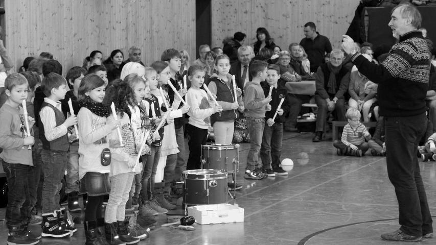 Gestärkt mit einem Teller Suppe gingen die Schülerinnen und Schüler der Zwieseltalschule ins Jahr 2015. Bereits zum sechsten Mal begrüßten alle Schulangehörigen, Eltern und Großeltern sowie Elternbeirat und Förderverein mit dem Suppenfest das neue Jahr. Musikalische Grüße und Wünsche der Schulkinder füllten das Rahmenprogramm.
