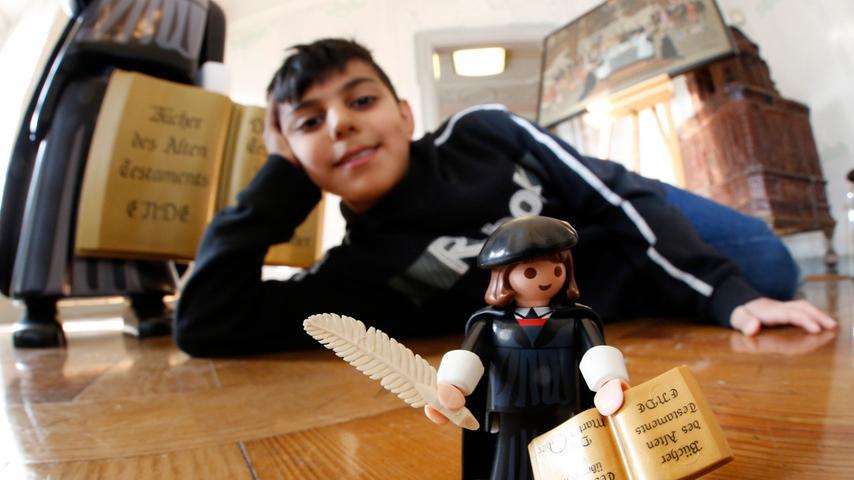 Nuernberg , 06.02.2015..Fembohaus, Vorstellung Playmobil Lutherfigur , Ege  Keles ist einer der ersten Bewunderer der kleinen Figur..Ressort: Lokales  Fotografie: Stefan Hippel