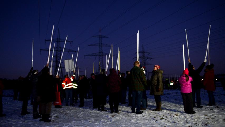 Nach Anbruch der Dunkelheit brachten die Demonstranten allein durch die elektromagnetische Strahlung unter der Hochspannungsleitung Leuchtstoffröhren zum Leuchten.