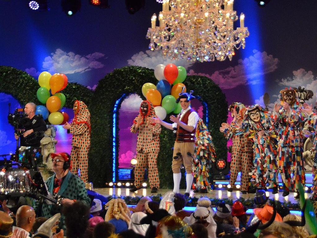 """Zum Auftakt der Livesendung """"Fastnacht in Franken"""" in Veitshöchheim standen die Allersberger Flecklashexen und die SpalterFleckli mit dem Supernarr-Gewinner auf der Bühne."""