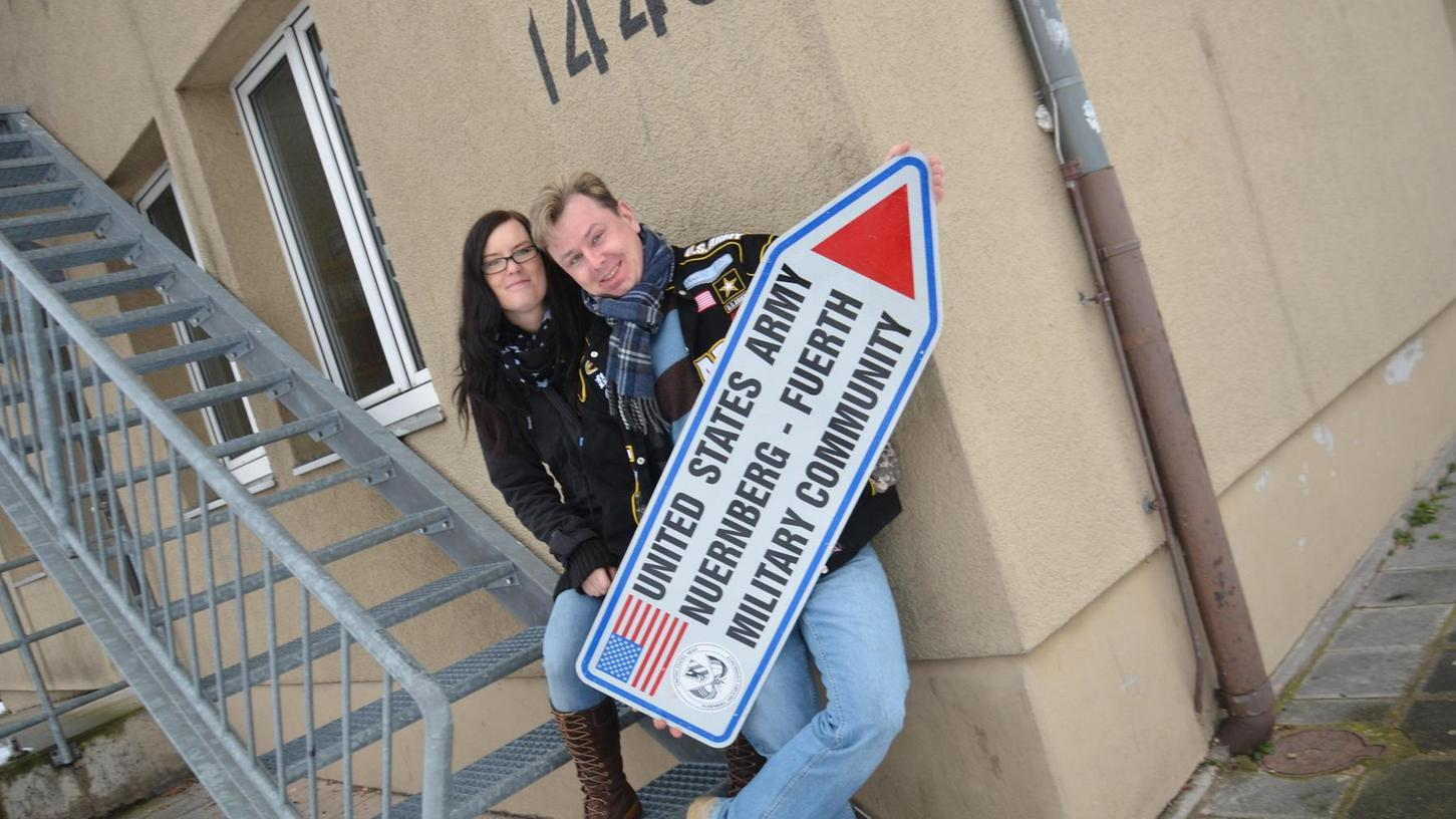 """""""I needed this group in my life"""", schreibt eine Nutzerin, """"so many memories!"""": Stephanie Spindler und Marco Frömter vor einem Gebäude der ehemaligen """"Nürnberg High School"""" in der Fürther Südstadt."""