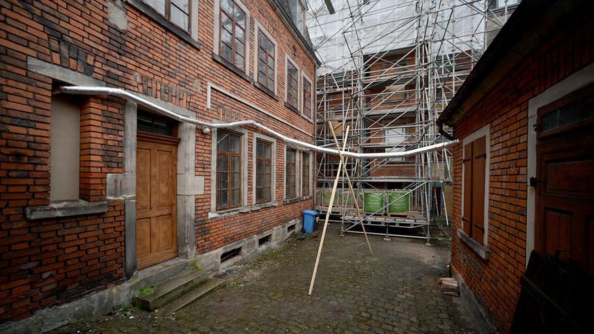 Blick aus der Werkstatt im Hinterhof zum eingerüsteten Hauptgebäude.