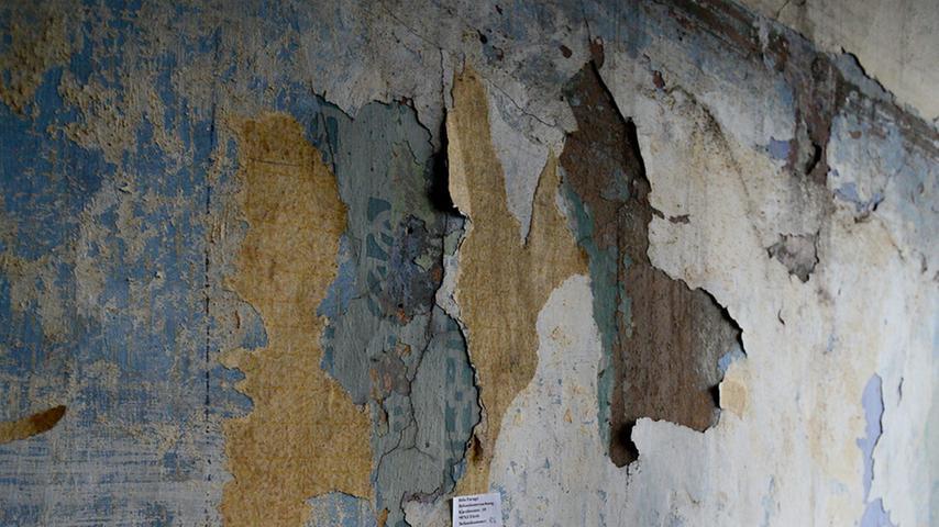 Ein Restaurator stieß gleich auf mehrere Schichten von Wandbemalun bzw. Tapeten.