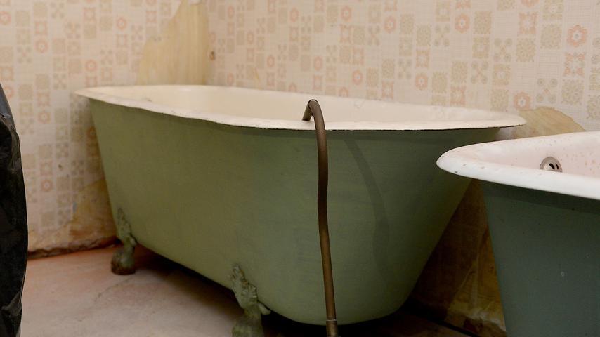 Auch diese alte Badewannen standen noch im Haus.