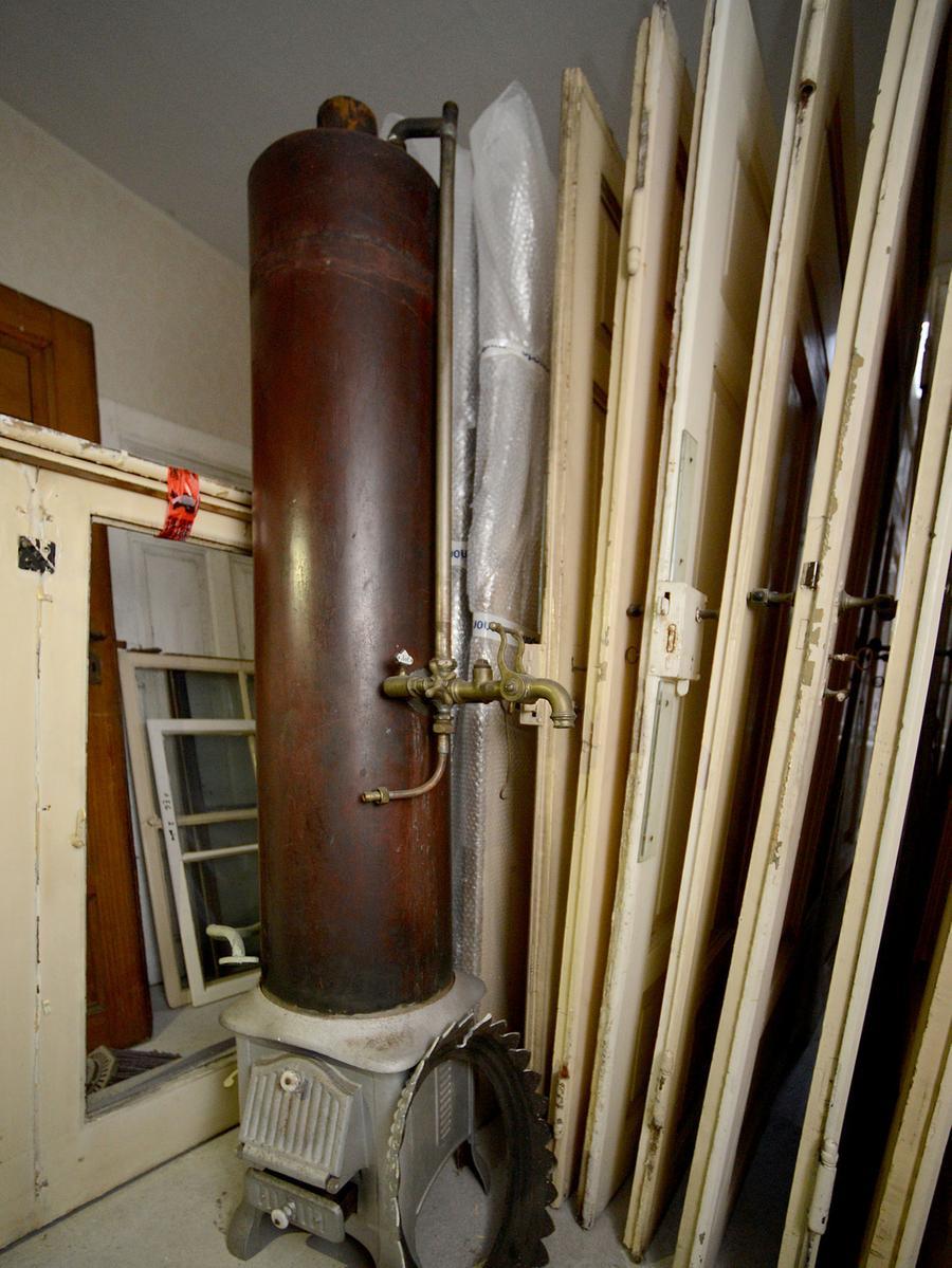 In diesem alten Ofen wurde in früheren Zeiten mit Feuerholz Wasser für die Badewanne erhitzt.