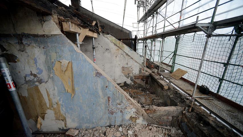 Das provisorische und schadhafte Dach aus der Nachkriegszeit ist abgedeckt worden.