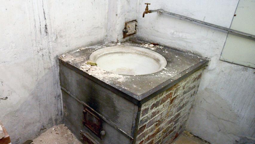 Der Bottich im Waschhaus im Hinterhof. Er lässt sich ebenfalls mit Holz beheizen.