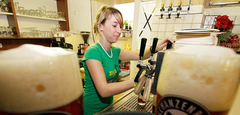 Da steht es dunkel und schäumend im Glas: Das hausgebraute Bier der Schankwirtschaft.