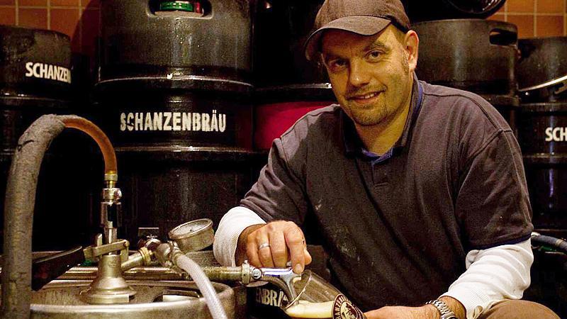 Stefan Stretz, Braumeister und Chef zapft frisches Bier in seinem Lagerkeller hinter der Brauerei in Gostenhof.