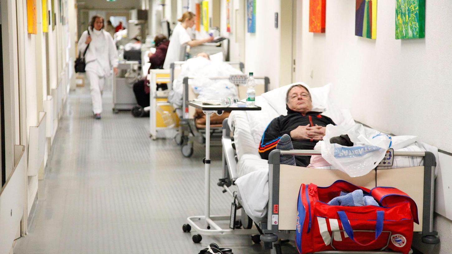 Sonntagnachmittag auf Station 18: Patienten müssen im Gang ausharren, bis endlich ein Zimmer frei wird.