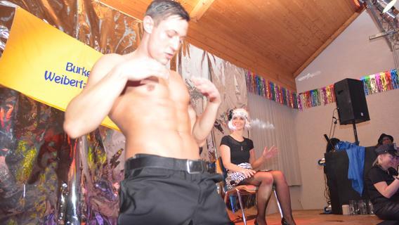 Weiberfasching in Burk: Stripper heizten närrischen Weibern kräftig ein