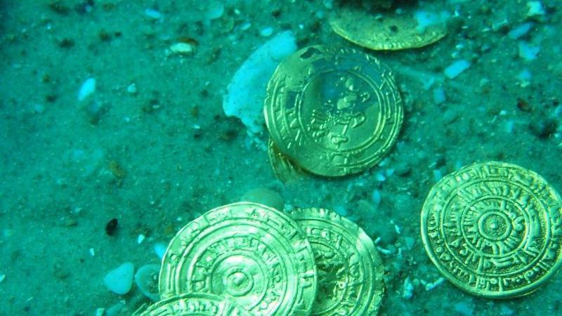 Wer kennt nicht Geschichten von geheimnisvollen Schätzen auf dem Meeresgrund? Tatsächlich liegen in der Tiefsee einige Kostbarkeiten wie Goldbarren oder Silbermünzen. Das Unternehmen Odyssey Marine Explorationa nimmt sich zum Ziel, versunkene Schätze aus dem Meer zu bergen. In diesem Bereich ist die Firma aus Florida das einzige börsennotierte Unternehmen. Eine ihrer größten Entdeckungen machten die US-Amerikaner 2007: Damals stießen die Taucher auf 17 Tonnen Gold- und Silbermünzen - der Wert wurde auf eine halbe Milliarde Dollar geschätzt. Anleger sollten dennoch die Finger davon lassen: Seit 2007 zeigt der Langzeitrend der Aktie nach unten.