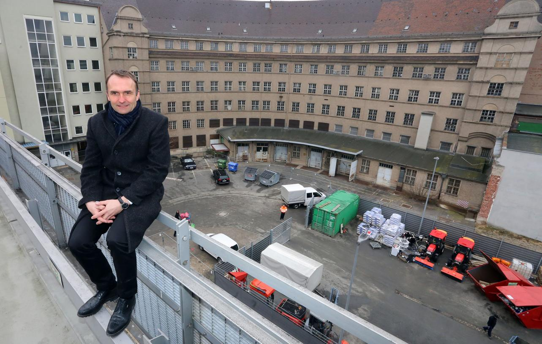 Bei der Ortsbegehung der ehemaligen Hauptpost in Nürnberg führte Michael Lentrodt, der Geschäftsführer der Immobilienholding, durch das Gebäude.