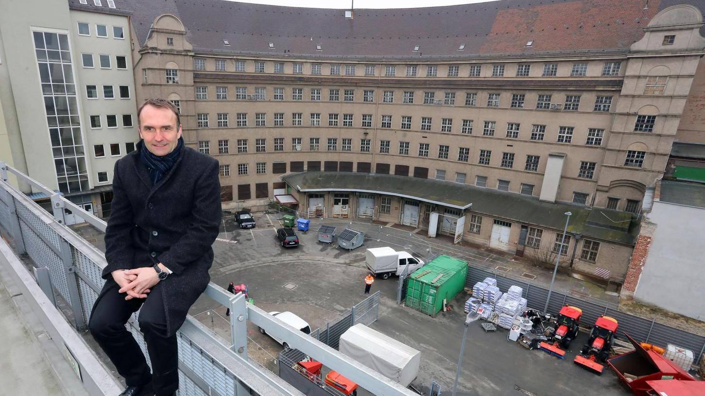 Projektentwickler Michael Lentrodt vor der Rückseite des alten Post-Komplexes an der Bahnhofstraße. Seine Firma will die Architektur des älteren Rundbaus erhalten, den Kopfbau jedoch nicht.