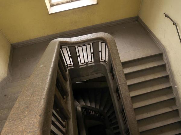 Bleibt erhalten: eines der beiden schmucken denkmalgeschützten Treppenhäuser im Rundbau aus den 1920er Jahren.
