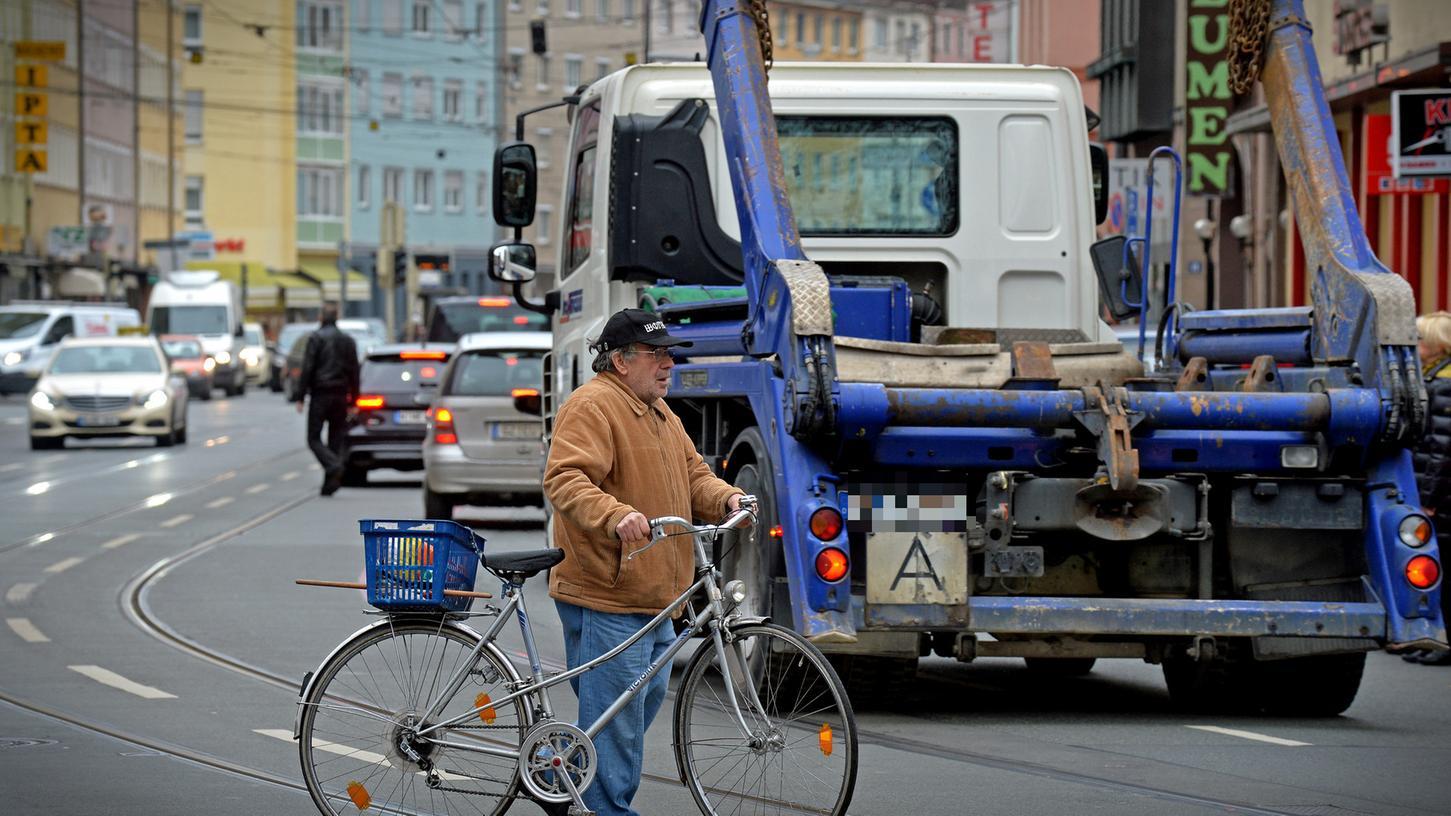 Radfahrer haben es in Nürnberg (hier in der Südstadt im Bereich Brehmstraße / Steinbühler Tunnel) nicht immer leicht.