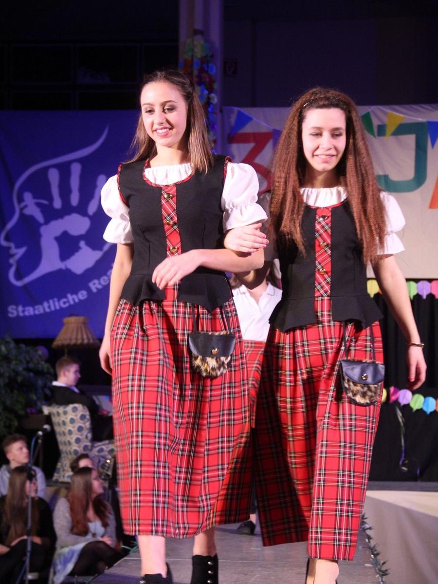 """Kleider, Kostüme, Gewänder für alle Anlässe und jeden Zweck! Das präsentierte  die Schülerfirma """"Kostümverleih Realschule Schwabach"""" bei ihrer  Jubiläumsmodenschau."""
