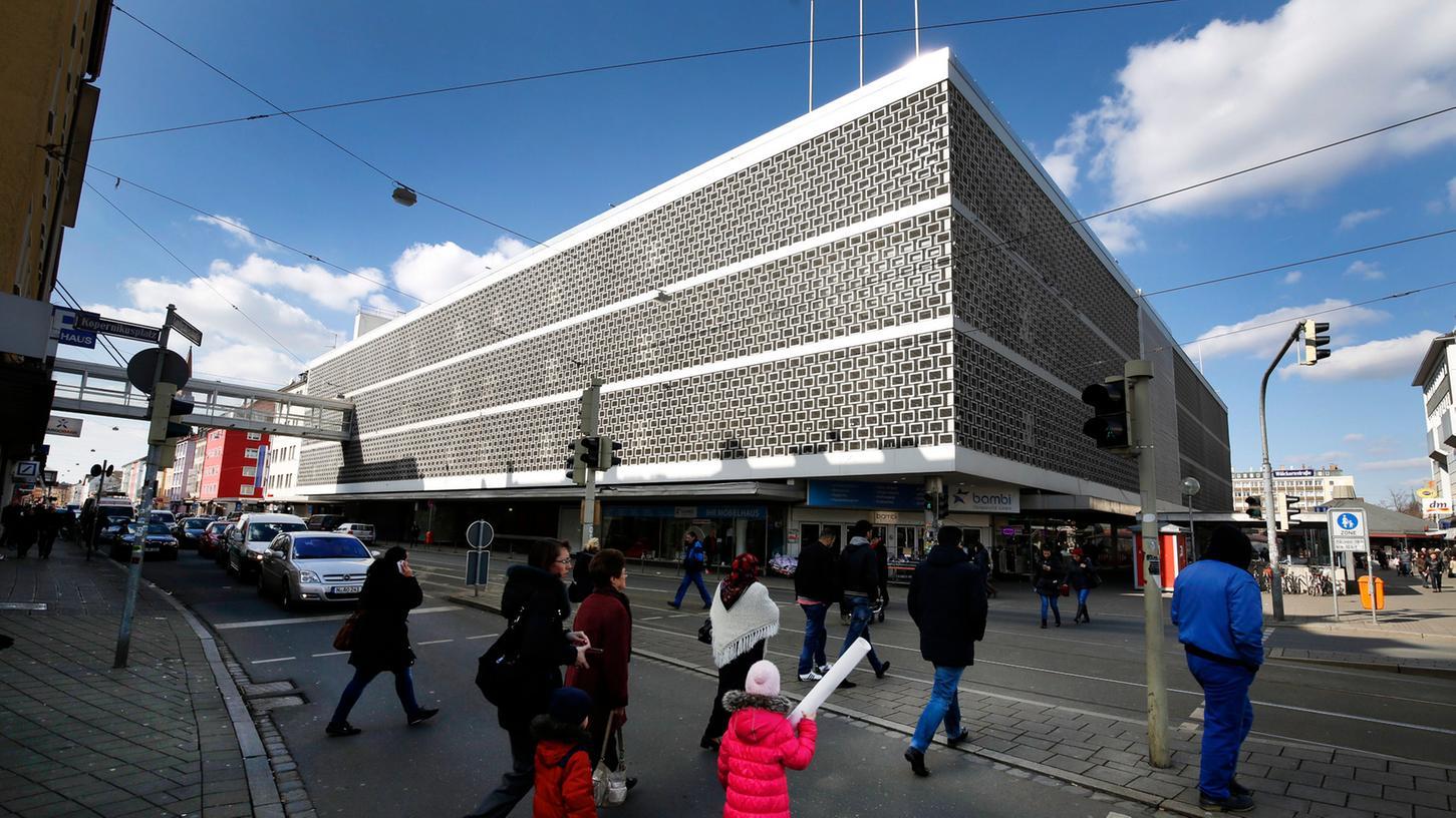 Es ist wieder alles offen: Die ambitionierten Konzepte für eine Revitalisierung des alten Kaufhauses am Aufseßplatz sind ausnahmslos gescheitert. Selbst ein Abriss des Gebäudes, den die Eigentümerin ausgeschlossen hatte, ist nun wieder möglich.