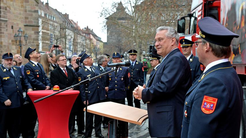 Erfahrene Ausbilder stehen den Feuerwehrleuten dann zur Seite.