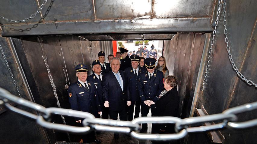 Im Beisein von 100 Feuerwehrleuten ging es dann natürlich auch in den Container zur Begutachtung - hinter vorgehaltener Hand scherzte der ein oder andere, dass es sich wegen der vielen Ketten um die SM-Variante des Containers handeln würde.