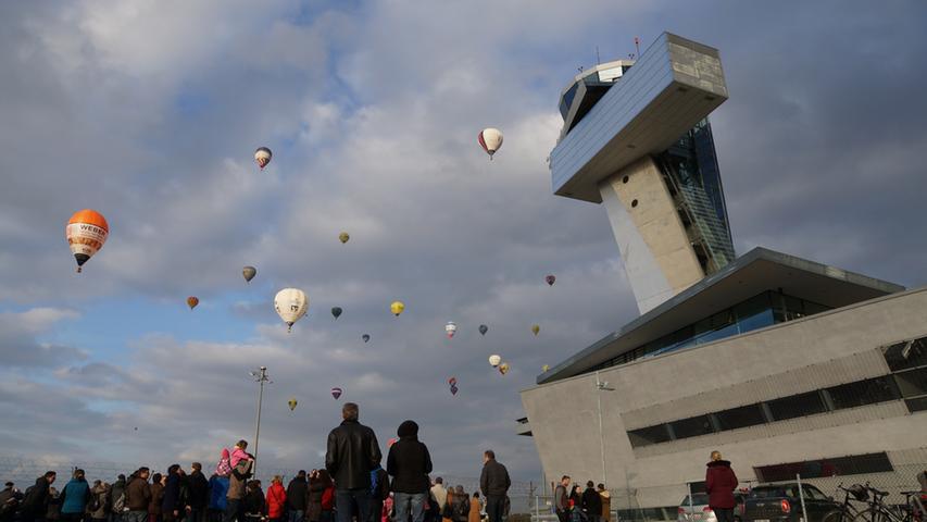 Zahlreiche Heissluftballons gingen am Samstag (28.02.2015) beim  Frankenballoncup 2015 in die Luft. Das farbenfrohe Schauspiel lockte zahlreiche  Zaungaeste zum Nuernberger Flughafen. Foto: News5 / Preinl