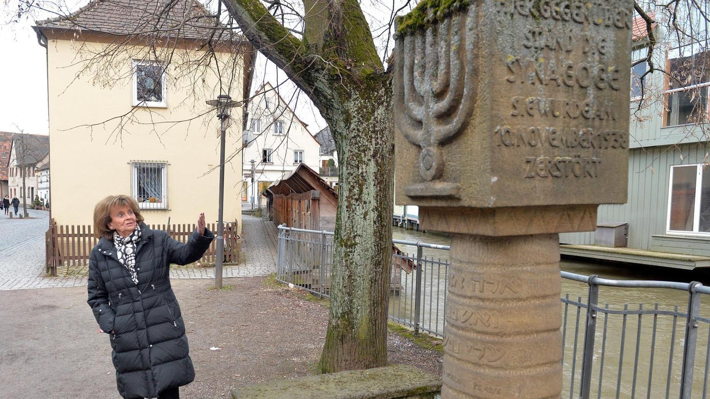 Charlotte Knobloch am Mahnmal für die ermordeten Juden, gegenüber der früheren Synagoge.