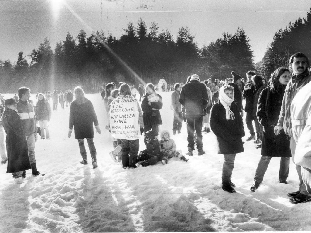 Massives Bürgerbegehren: Demonstranten versammeln sich im Februar '85 auf dem vorgesehenen WAA-Gelände.