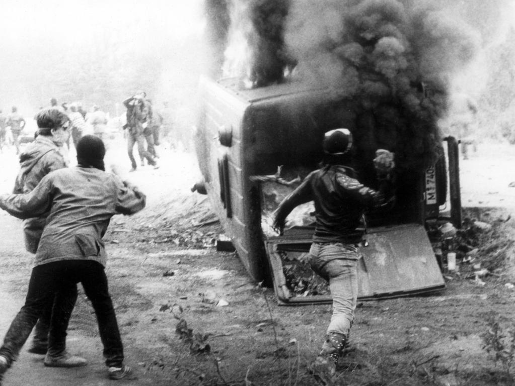 Rund 200 zum Teil vermummte Demonstranten griffen am 20. Mai 1986 an einer Zufahrtsstraße eine Polizeikontrolle an, warfen den Mannschaftswagen um und setzten ihn in Brand. An dem Pfingstwochenende wurden bei den blutigsten Auseinandersetzungen am Baugelände der umstrittenen atomaren WAA in Wackersdorf fast 400 Menschen verletzt. Der Bau der Anlage konnte letztlich verhindert werden.