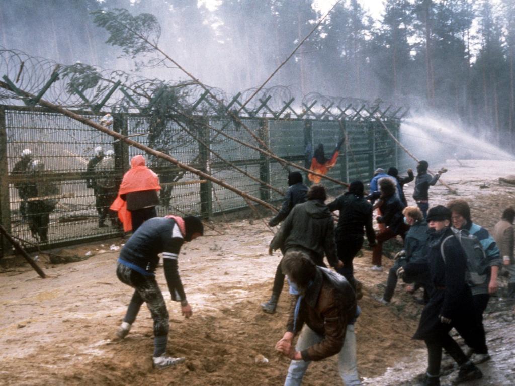 Das Archivbild aus dem Jahr 1986 zeigt Demonstranten, die am Bauzaun der damals geplanten atomaren Wiederaufbereitungsanlage (WAA) Wackersdorf in der Oberpfalz gegen die Polizei kämpfen.