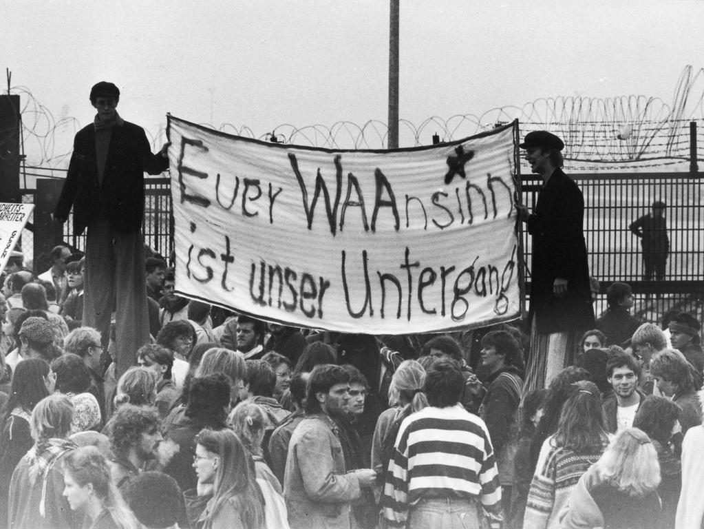 Demonstranten am Bauzaun der Wiederaufbereitungsanlage in Wackersdorf zeigen ein Transparent mit dem Schriftzug